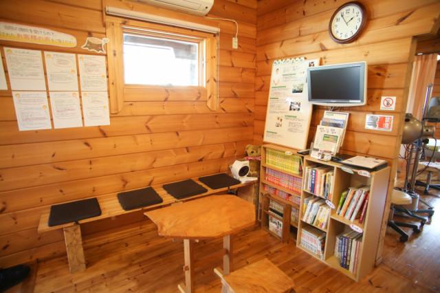 木のぬくもりが感じられる待合室です。