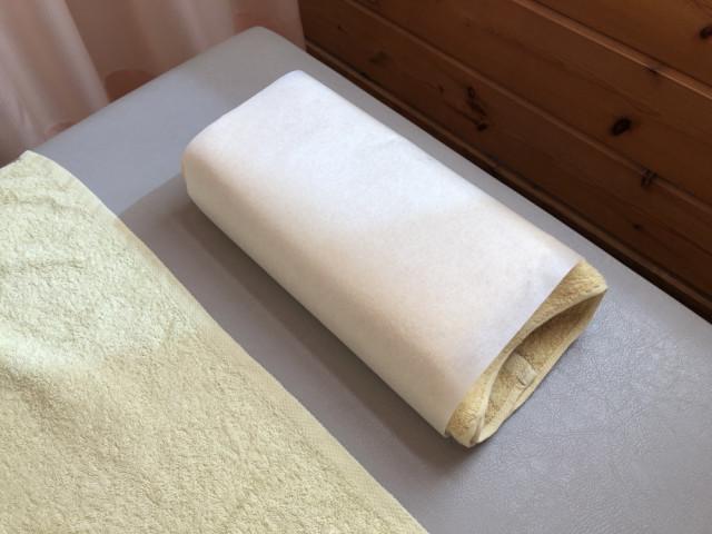 枕にフェイスペーパーを必ず付けて施術します。